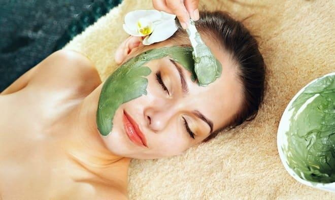 Нанесение на лицо маски с зеленым чаем