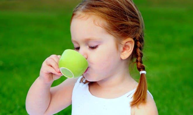 Девочка пьет нефритовый напиток